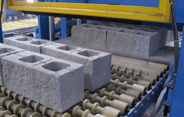 Concrete blocks with fractured surfaces in natural stone look